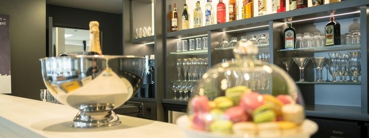 Die Bar: Hier gibt es Drinks und Macarons für die Gäste
