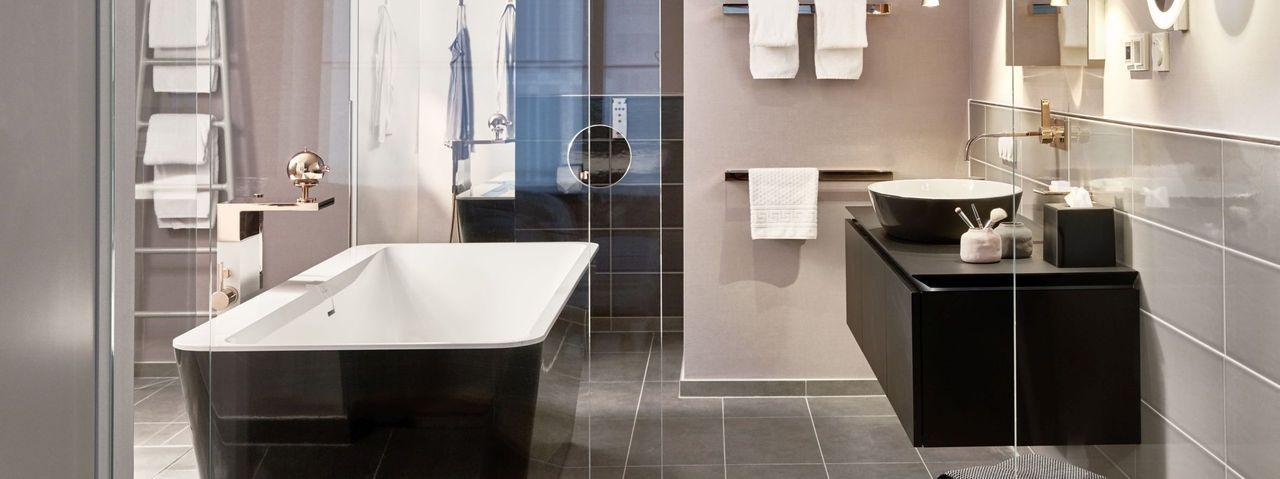 Highlight der Suite: Das Wellnessbad mit freistehender Wanne, großem Duschbereich und Dusch-WC von Geberit