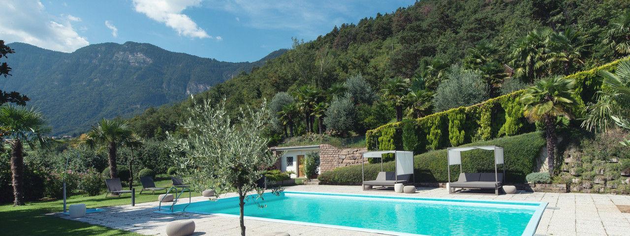 Relax-Zone: Der Outdoor-Pool mit Sonnenliegen