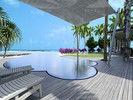 Die Terrasse mit Pool und Blick auf das Meer ...