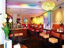 Er kann auch anders: <em>Champagner an der Bar, Curry-Wurst am Tisch können die Gäste in Elmar Simons peppiger Imbissbude genießen <tbs Name=