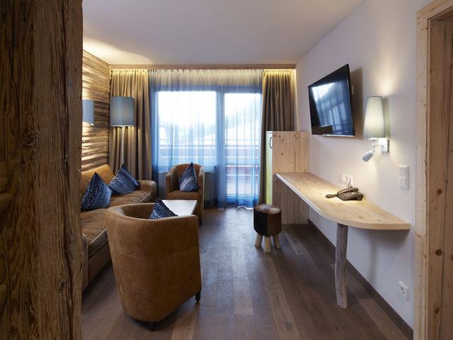 Im Alpenlook: Regionale Unternehmen haben aus Naturholz und -stein Familiensuiten mit Wohnraum, großen Balkonen und Terrassen gebaut.