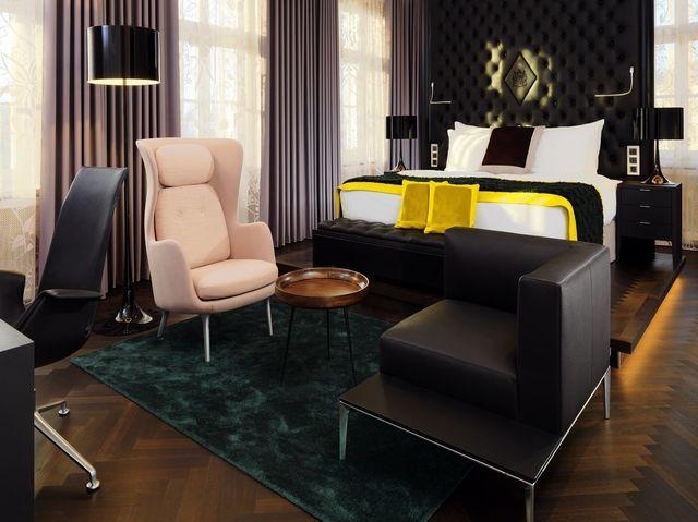 Eyecatcher Ohrensessel: Blick in die Sophia-Brockhaus-Suite im Hotel Fürstenhof in Leipzig