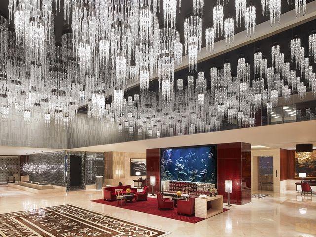 Spektakulär: Die Lobby mit unzähligen Kronleuchtern an der Decke