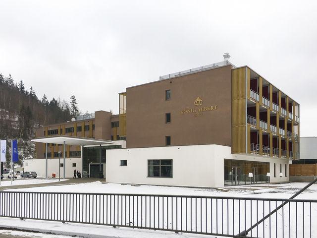 Noch sehr winterlich: Das Hotel König Albert in Bad Elster von außen