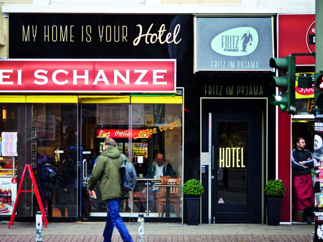 hamburg ein hotel namens fritz im pyjama ahgz hoteldesign. Black Bedroom Furniture Sets. Home Design Ideas