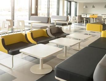 Die Lobby: Sie bietet viele Sitzmöglichkeiten und soll zum Verweilen einladen