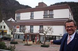 Neues Projekt: Gereon Haumann vor seinem neu erworbenen Hotel am Park
