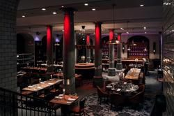 Geräumig: Die hohen Decken und Säulen verleihen dem Raum eine luftige Atmosphäre