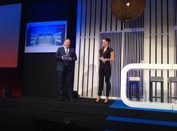 Gemeinsam auf der Bühne: Esther Sedlaczek, Sky Sportmoderatorin und AHGZ-Chefredakteur Rolf Westermann
