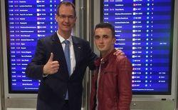 Freude beim Wiedersehen: General Manager Hagen Müller holte den Albaner Artjon Coco am Frankfurter Flughafen ab
