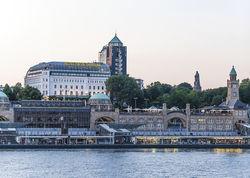 Bald frisch getüncht: die Fassade des Hotel Hafen Hamburg wird neu gemacht