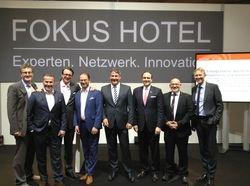 Wissensforum-Veranstalter Prof. Christian Buer (ganz links) und AHGZ-Chefredakteur Rolf Westermann (Vierter von rechts) mit Branchenprofis des gestrigen Forum-Tags
