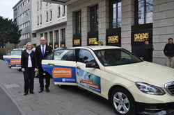 Setzen auf Taxis:   DEHOGA-Frankfurt Vorstände Sabine Gaumann, Hotel Palmenhof, und Eduard Singer, Hessischer Hof