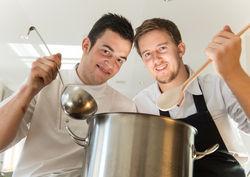 Neue Generation: Sous Chef Daniel Lederer (links) und Küchenchef Florian Bucar übernehmen die kulinarische Federführung im 4-Sterne Superior Hotel