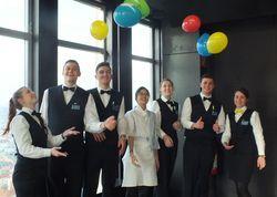 Luftballons zum Ausbildungsstart: Die neuen Azubis des Park Inn Berlin Alexanderplatz freuen sich über den Willkommensgruß