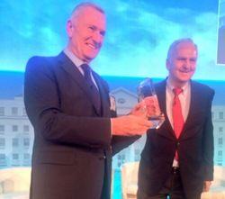 Große Ehre: Dieter Müller (links) erhält den Lifetime Archievement Award des IHIF aus der Hand von Willy Weiland