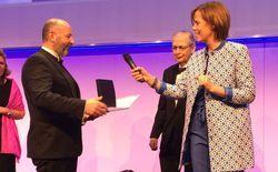 Preisverleihung: Allresto-Geschäftsführer Gerhard Halamoda (l), foodservice-Chefredakteurin Andrea Lottmann, im Hintergrund dfv Hauptgesellschafter Andreas Lorch
