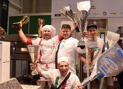 Die Siegerehrung der Pizza-EM: (von links) Riccardo LaRosa (1. Platz), Stefano Miozzo (2. Platz),  Dominic Grzeschek (3. Platz), (vorne) Allessio Bertolucci (3. Platz)