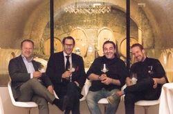 Stehen hinter dem neuen Wirtshaus (von links): Fritz Wieninger, Gebhard Schachermayer, Juan Amador und Sören Herzig