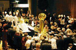 Im Dresdner Kongresszentrum war zur Silvesterparty das Buffet aus den zwölf Partnerstädten dicht umlagert <tbs Name=