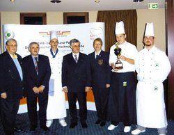 Glücksmomente: <em>Andy Bandlow mit Pokal und Jury <tbs Name=
