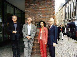 Feiern das Jubiläum: <em>Direktorin Madeleine Marx mit (von links) Autor Ulrich Höhns, Architekt Volkwin Marg und Eigentümer Nikolaus Broschek <tbs Name=