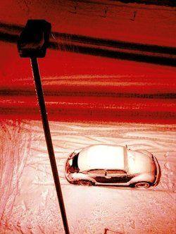 Gefährdet:<em> Das unter der Dachrinne geparkte Auto<tbs Name=