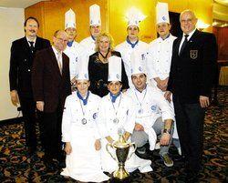 Die Teilnehmer: <em>Senem Postaci mit Pokal und ihre Mitstreiter <tbs Name=