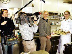 Ein TV-Team als Topfgucker: <em>(von rechts) Küchenchef Volker Specht und Hotelier Maximilian Bruhn <tbs Name=