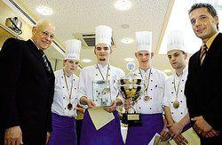 Pokal für Thüringen: <em>Die Teilnehmer des Wettbewerb mit Jürgen Stöter (links) und dem SB-Union-Fachberater für Fulda, Rico Waldau (rechts) <tbs Name=