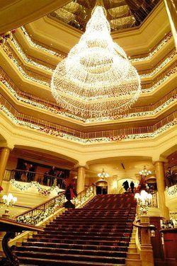 Festlich geschmückt: <em>Die Lobby des Grand Hotels <tbs Name=