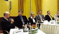 Talkrunde beim Branchentag:<em> (von links) Matthias Theiner (Hotelier), Moderator Norbert Bosse, Sylvia Bretschneider (TMV), DEHOGA-Präsident Guido Zöllick und Wolfgang Rühle (Wirtschaftministerium) <tbs Name=