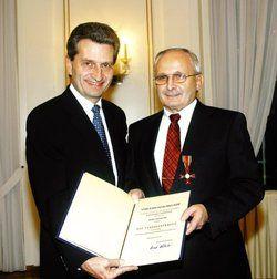 Hohe Ehre: <em>Ministerpräsident Oettinger (links) und Heiner Eiss <tbs Name=