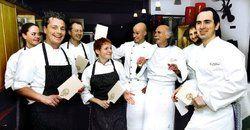 Sterneköche mit Spätzlesbrett:<em> Beim Küchenfest im Hotel Schassberger Ebnisee wurde nicht nur gut gekocht, sondern auch zünftig gefeiert <tbs Name=