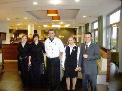Sind für den Ansturm gerüstet<em>: (von rechts) Direktor Jan-Patrick Krüger, Sina Nebel, Joachim Brückmann, Kathrin Felgenhauer, Sabrina Bohnensberger im neuen Restaurant Branche <tbs Name=