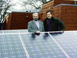 Hoffen auf eine sonnige Zukunft: <em>Hoteldirektor Anton Schmid (l.) und Thomas Leidreiter von Solar im Norden GmbH <tbs Name=