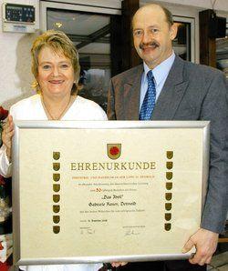 Gerahmte Tradition: <em>Gabriele und Rudi Rauer freuen sich über die Urkunde der IHK zum Jubiläum <tbs Name=