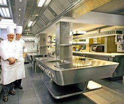 Technik für Profis: <em>3-Sterne-Koch Pierre Wynant (links) aus dem Restaurant Comme chez Soi in Brüssel mit seinem MKN-Herd <tbs Name=