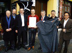 Für besseren Klimaschutz: <em>(von links) Bürgermeister Frank Schulz, Hans Josel Fell, Reinhard Loske, Tim Schultze, Engelbert Wistuba, Marc Reiß (Solartechnik), Lothar Gröschel <tbs Name=\