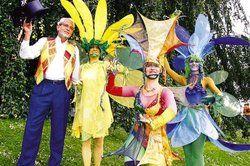 Hat künstlerisch das Sagen: <em>Harald Böhlmann (links) präsentiert drei Feen des Traumtanztheaters <tbs Name=