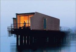 Ein Haus auf dem Wasser: Einst für die Expo 02 entworfen, ist das Hotel Palafitte im Neuenburger See bei Gästen sehr beliebt