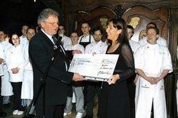 Großzügige Spende: <em>Nach dem fünfgängigen Menü des Küchenteams überreicht Patron Hans-Joachim Krautkrämer der Organisatorin der Unicef-Aktion Stephanie Bräuer einen Scheck über 4000 Euro<tbs Name=