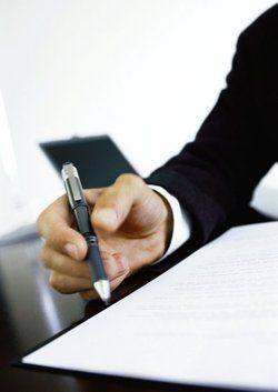 Unterschrift: <em>Beim Vertrag auch das Kleingedruckte lesen<tbs Name=