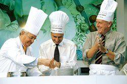 Promi-Kochen: <em>Auch 2008 werden Persönlichkeiten aus Politik, Wirtschaft und Medien gemeinsam mit DEHOGA-Profis die Kochlöffel schwingen – unter ihnen Ministerpräsident Oettinger (Mitte) und Wirtschaftsminister Ernst Pfister (links) <tbs Name=