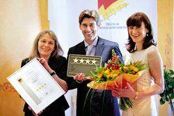 Qualität bestätigt: <em>(von links) Margret Bongart, Leiterin Hotelklassifizierung der Rheinland-Pfalz Tourismus GmbH und die Eigentümer Joachim und Ulla Joswig <tbs Name=