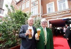 Prost! Günter Beckstein (links) und Werner Brombach stoßen auf den Weißbräuhof an