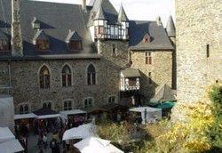 Buntes Treiben im Burghof: Auch das Schlossrestaurant soll bald wieder seine Pforten öffnen