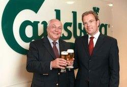 Stabübergabe: Wolfgang Burgard (links) stößt mit seinem Nachfolger Jörg Croseck an