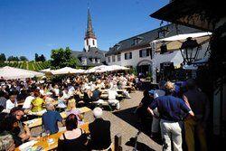 Weinseliges Treiben: <em>In vielen Gemeinden ersetzt der zeitlich befristete Weinausschank längst das Dorfgasthaus <tbs Name=